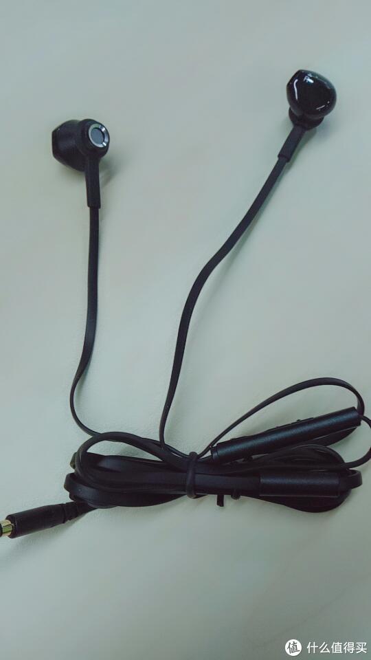 这款耳机是的线是扁平的设计,佩戴的时候,基本不用担心耳机线会被拉扯断的问题,并且耳机平时没使用收起来,之后拿出来的时候,完全不会缠绕,这跟我之前手机赠送的耳机完全不同的感受,之前是每次使用耳机都需要解下耳机线,浪费时间。