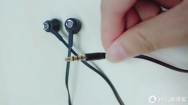 这款耳机的插头是3.5mm的通用插头,可能市面上出现了type-c和苹果的耳机插口的手机,需要购买转接头才可以使用,但是很多手机还是3.5mm的耳机接口的,所以适配性还是很高的,耳机耳插头也是镀金的插头,防腐蚀效果更好,比之前镀银的好很多。