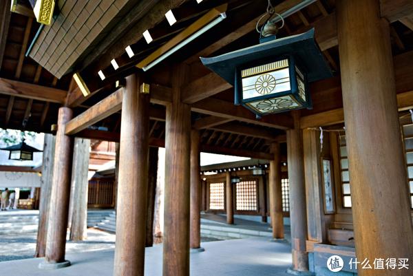 神社走廊上的精致木吊灯