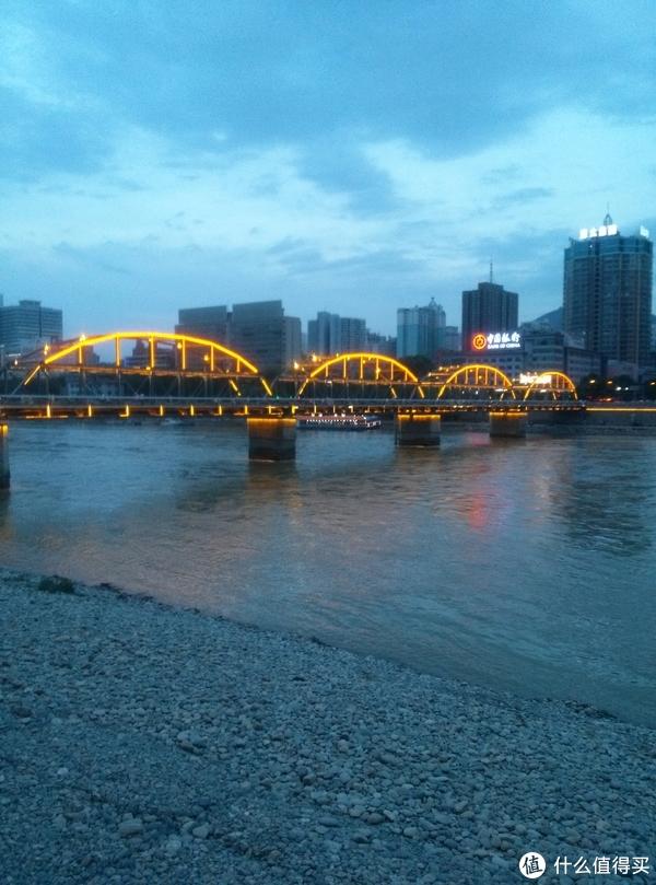 彩灯下的中山桥