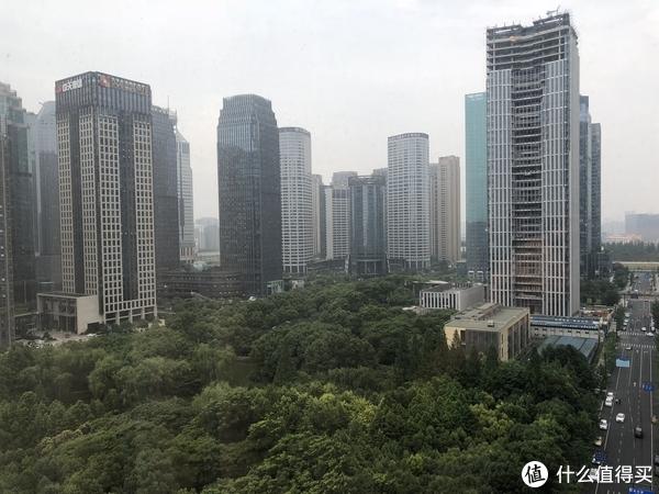 房间窗外,可以看到钱江新城的公园