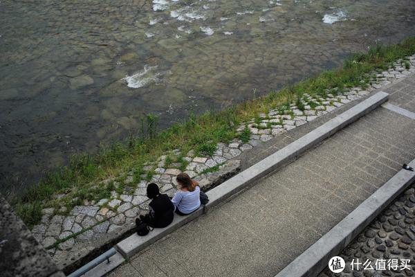 河边总有坐着休息的各色人等