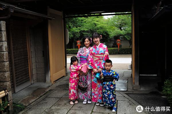 想了一下,还是体验一把传统的怀石料理吧,我对这个是真不感兴趣,吃不饱的感觉,而且还要吃2个小时!但是其他人表示,就是要体验一下京都传统料理的逼格!
