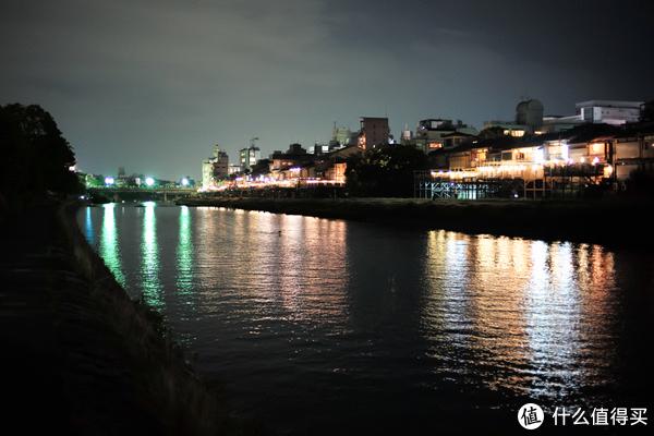 河边亮灯的馆子,吹着河风,坐在榻榻米上,看着鸭川,吃一顿,想必是很舒服的!一会就去预定一间。。。