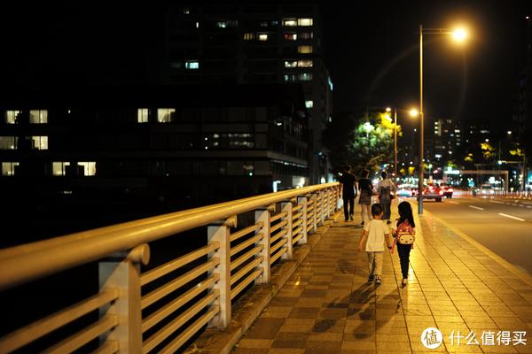 从河边上来,走过桥就是酒店,从酒店后面绕过去预定大餐~