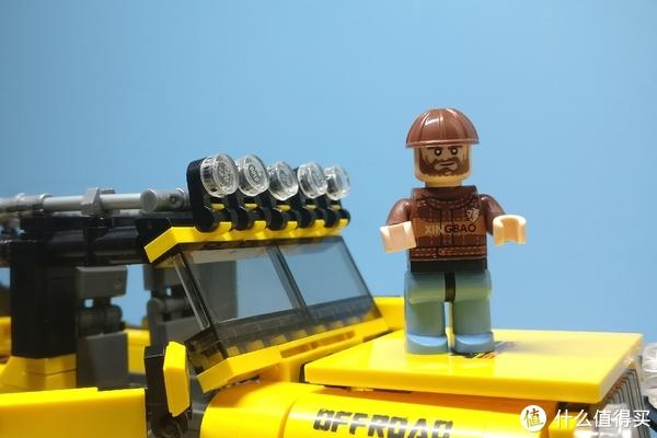 自带人偶两个,一个开车的,一个修车的,这个大叔就是修车的那位