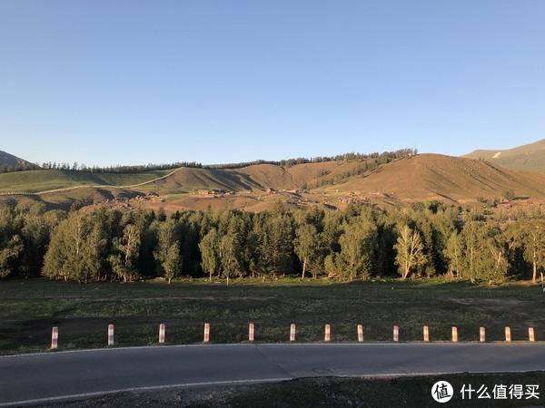 前往中国最西、最低端的新疆,这里一条公路上能看到春夏秋冬的美景