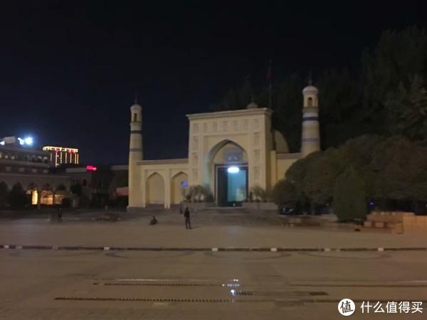 艾提尕尔清真寺 我记得第一次来的时候还能见小孩子在这里踢足球,不得不说新疆的同学踢足球真的牛逼,以前在学校也有新疆班同学团灭过,不过这次即时白天也没有看到