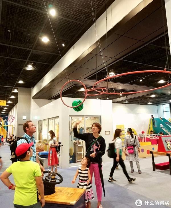 这个鼓风机可以调整方向,把球吹起来以后还可以控制角度和方向,让球穿过圆环。这一家三口在这玩了很久,一次一次挑战终于成功!