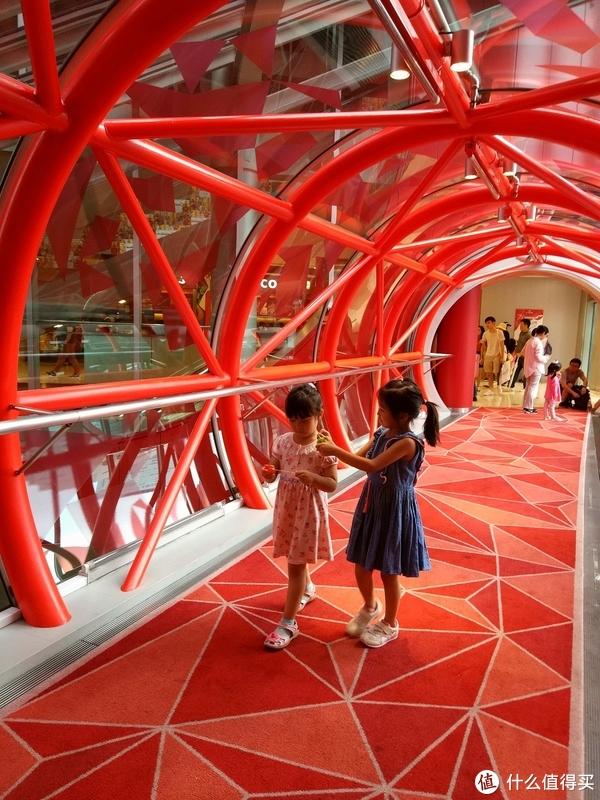 有一座红色的桥通往摩天轮入口,特别漂亮!