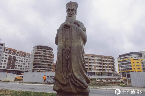 山东高速集团、中国路桥、华为等共同捐献的一个孔子像