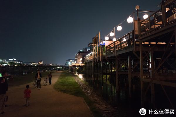 走到鸭川边上来,吹吹河风
