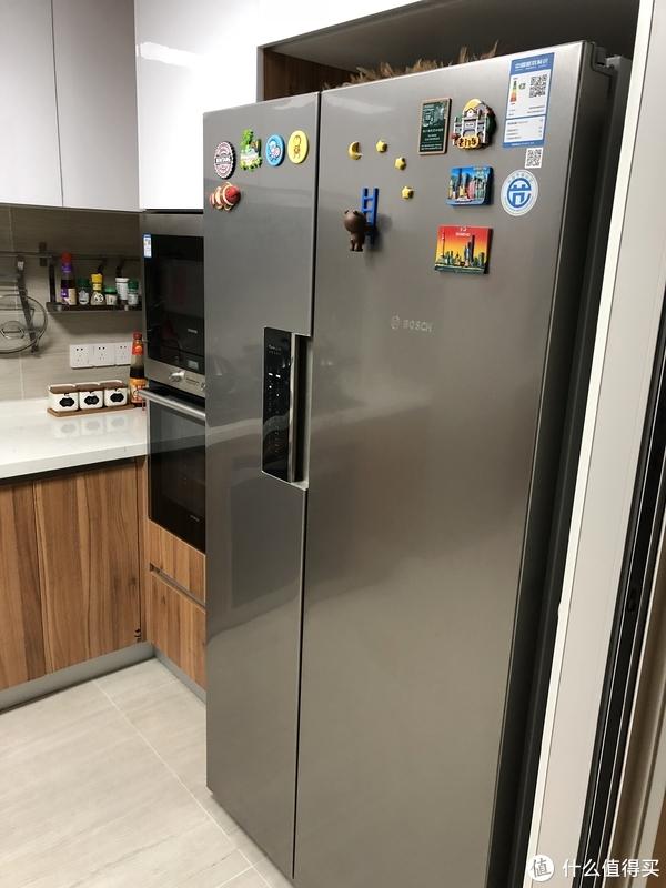 不锈钢色的门板和厨房其他家电比较搭配