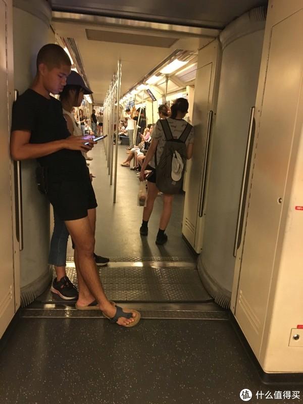 天铁人太多,上一张地铁车厢内的图吧,跟国内差不多