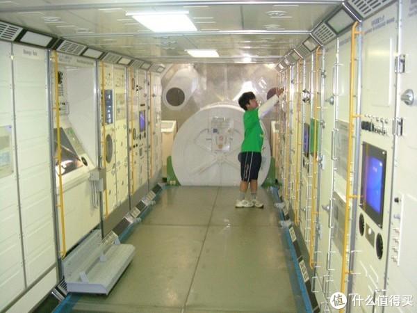 孩子们在真实模拟的空间站环境中进行操作