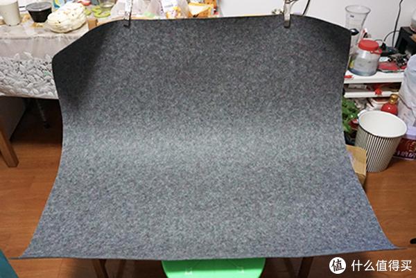 背景很乱吧,一块1米的布,用夹子固定在靠背凳上,就是一个摄影台面了