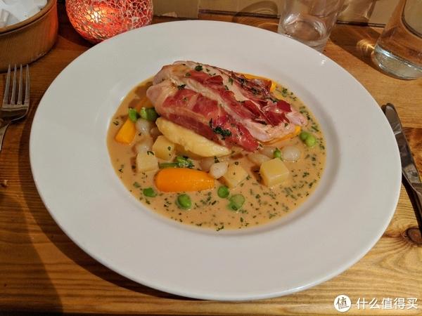 Francine's餐厅的帕尔马火腿包鸡肉配天鹅绒酱