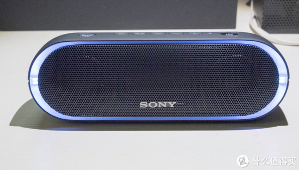 索尼SRS-XB20的灯光设计也独具特色。索尼这次特意在蓝牙音箱的四周设计了与单色线灯,随着音乐的播放,灯光也会跟着节奏发生变化,为音乐聆听营造更合适的氛围