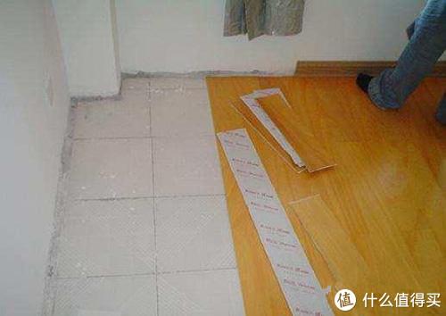 老婆执意在瓷砖上铺木地板,省钱耐用!邻居直夸:太机智