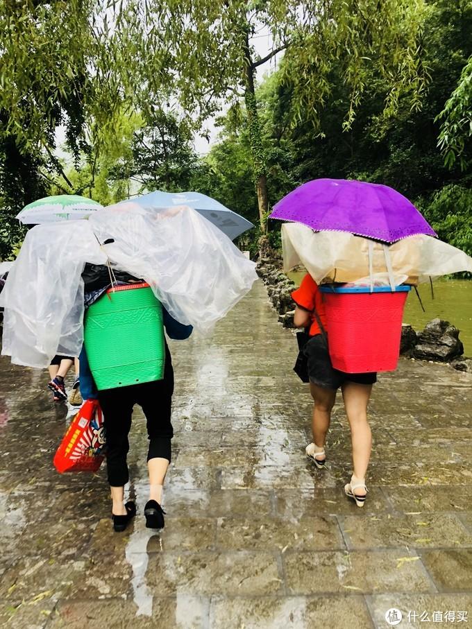 我和女室友即使穿着雨衣,撑着一把伞,也避免不了落汤鸡的下场!