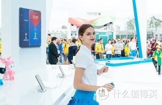 俄罗斯世界杯,球场外赞助商的showgirl