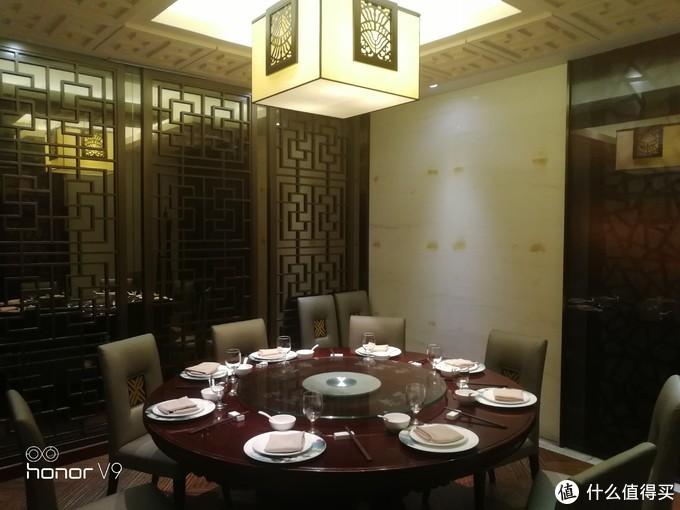 八人桌再此~每间的风格类似,但灯饰和内饰略有不同~
