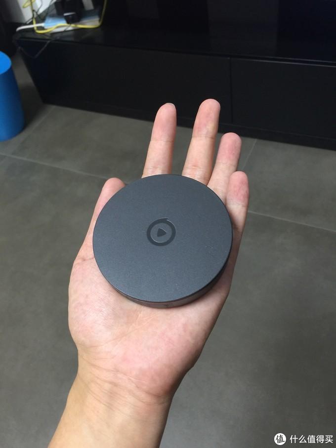 """电视果4G延续了上一代产品""""奥利奥""""的造型,采用了灰黑色的配色,为匹配温暖舒适的家居环境,为形体塑造了极为柔和圆润的特征。产品尺寸为:59*13.5mm"""