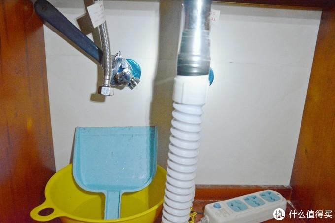 小簸箕+小盆接水,管子存水量不小(插座不方便拆走,已断电)
