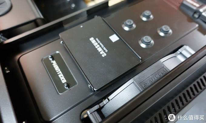 SSD就需要用螺丝装到支架上了,然后往机箱上一扣就行