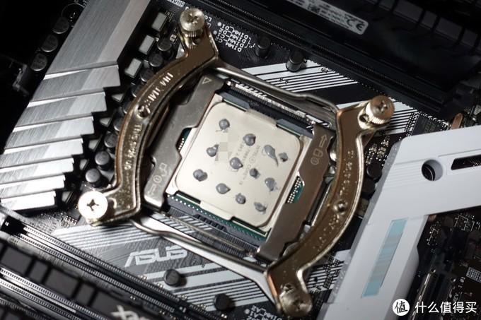 面积比别的CPU大一圈,那我就多点一点硅脂吧。。。
