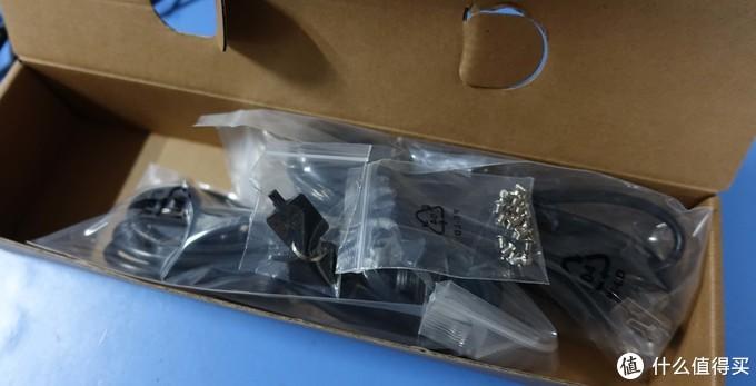 包装非常简洁,配件盒里装的是电源线、螺丝(最后并没有用到)以及钥匙