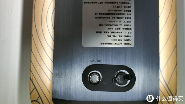 左边的按钮是开关,右边那个有塞子塞着的是充电口