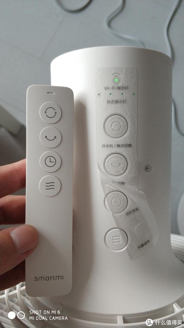 智米的遥控器是蓝牙的!蓝牙的!解决了很多红外遥控器需要对准的麻烦。 遥控器的按键排列跟扇头上的按键排列一致。 外观不算出众但还算简,按键键程适,舒适度还算ok
