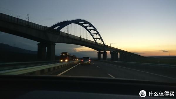 再次回到这个桥已经是晚上 手机拍摄