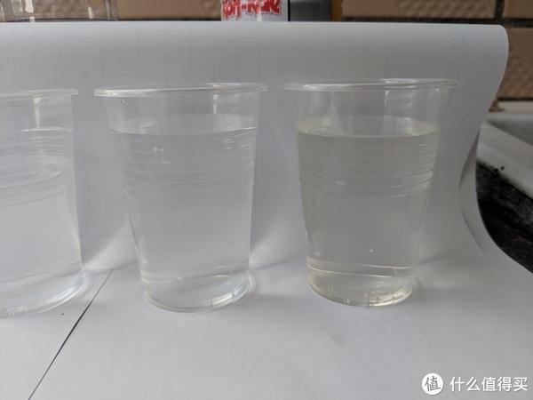 最后主角两种自来水,右边是静止一夜后早晨第一杯微微发黄的自来水,左侧则是放了很多水之后看起来变干净的自来水