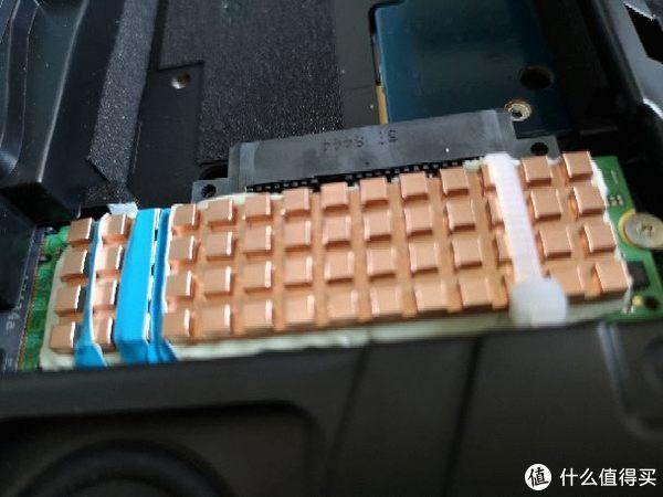 用扎带把固态硬盘和散热板固定在一起,要注意不要犯我的错误,我放扎带的方向影响安装,所以只能一个扎带固定了,大家可以放在另一侧,就完美了。