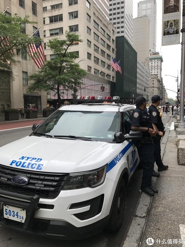 教堂外的NYPD