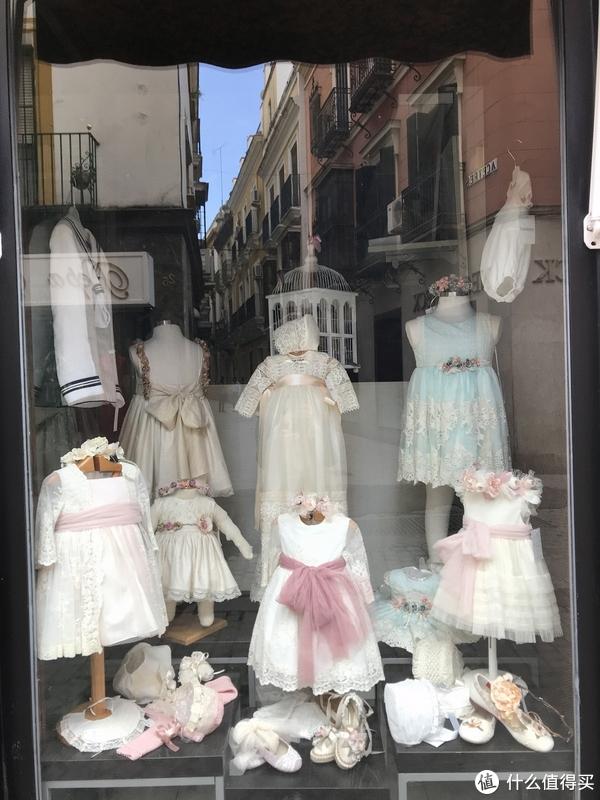 路过卖粉嫩的公主裙的店,总是忍不住停下来看看