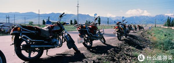 停在路边等待加油的摩托车