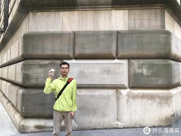 美联储大楼(手上是赠送的纪念品-美金碎钞)