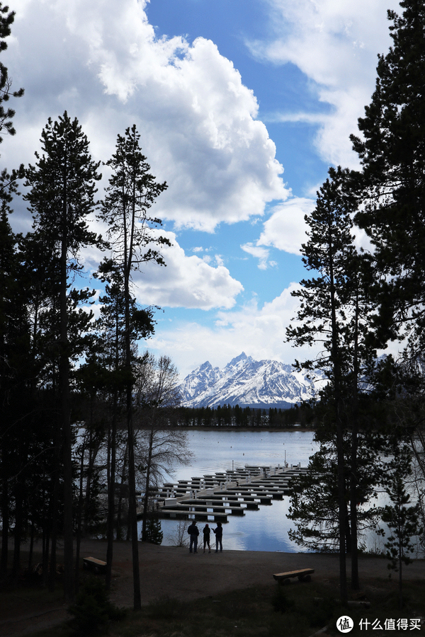 游客中心背面的雪山湖景