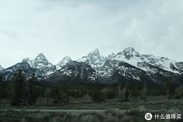 开车行驶在山脚下,感觉距离主峰好近啊