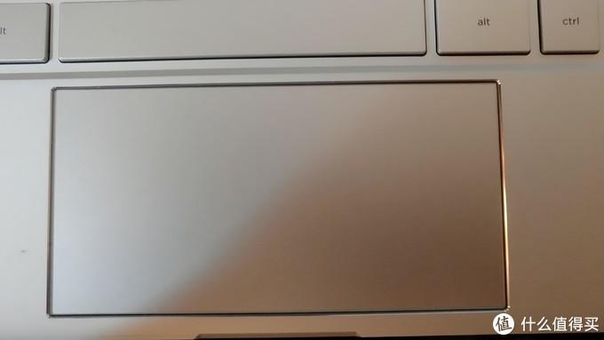 触控板手感还可以,然而做工扎心。右边缝隙比左边大,而且触控板表面z轴方向有松动。又一次被s1秒了