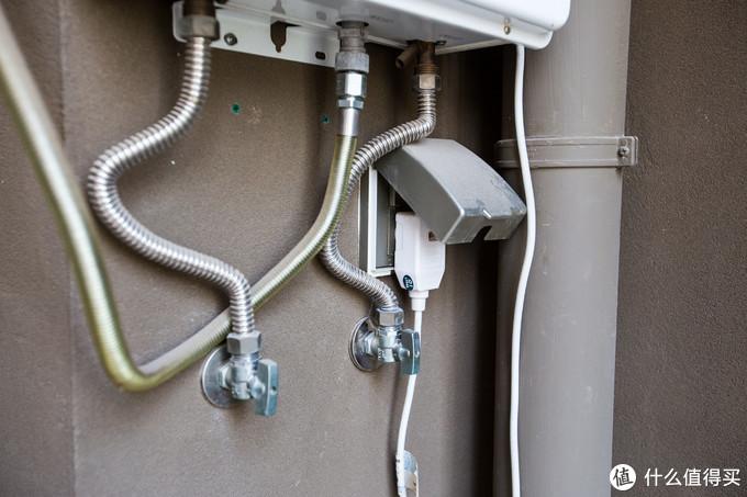 靠近右侧位置的是进水口,然后原有热水器用的电源插头及插座