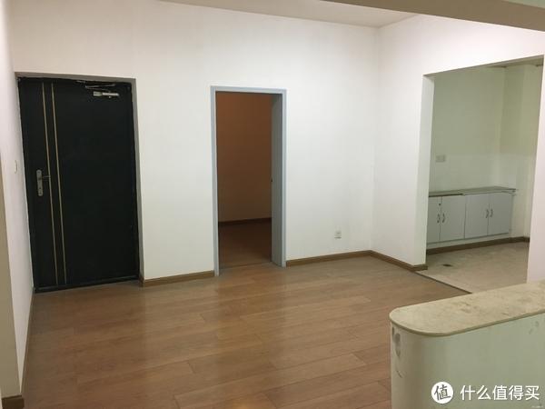 这套房带一些简装,之前是用作于办公,门厅+餐厅