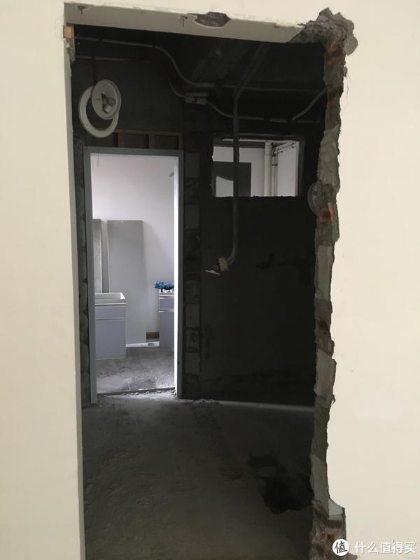 客卫的门太小,敲大一点,结果黄大锤理解错了,把卫生间的墙也敲了,得,干湿分区也毁了,建新墙+贴砖又是几大千,索性改成一个大卫生间得了,玛德,都是穷害的