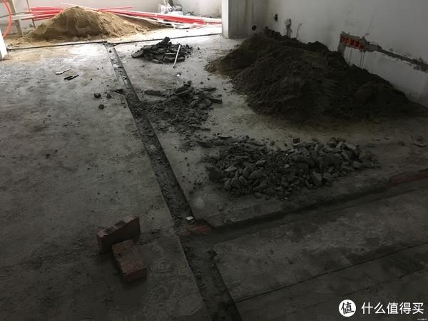 第二次开槽,结果非常不幸的是,倒霉师傅把之前埋得网线管打破了。。。。。。