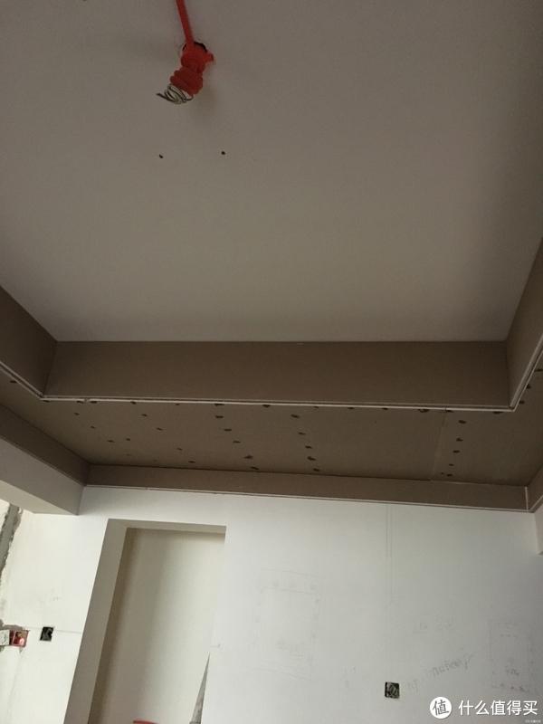 接着就是完成吊顶,没怎么做造型,但考虑到是简美风格,再加上客餐厅和主卧安装的是风管机,所以选择在这两个房间吊了边顶