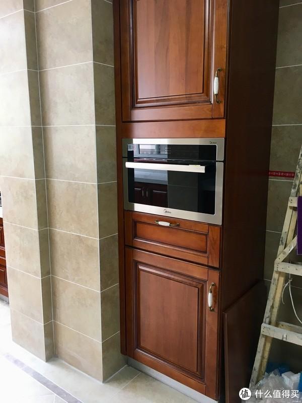 为了营造出美式厨房的感觉,专门增加了一组高柜,还配了一个蒸箱