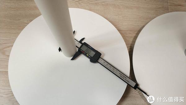 米家款风扇主杆粗38mm,塑料质感比较重。